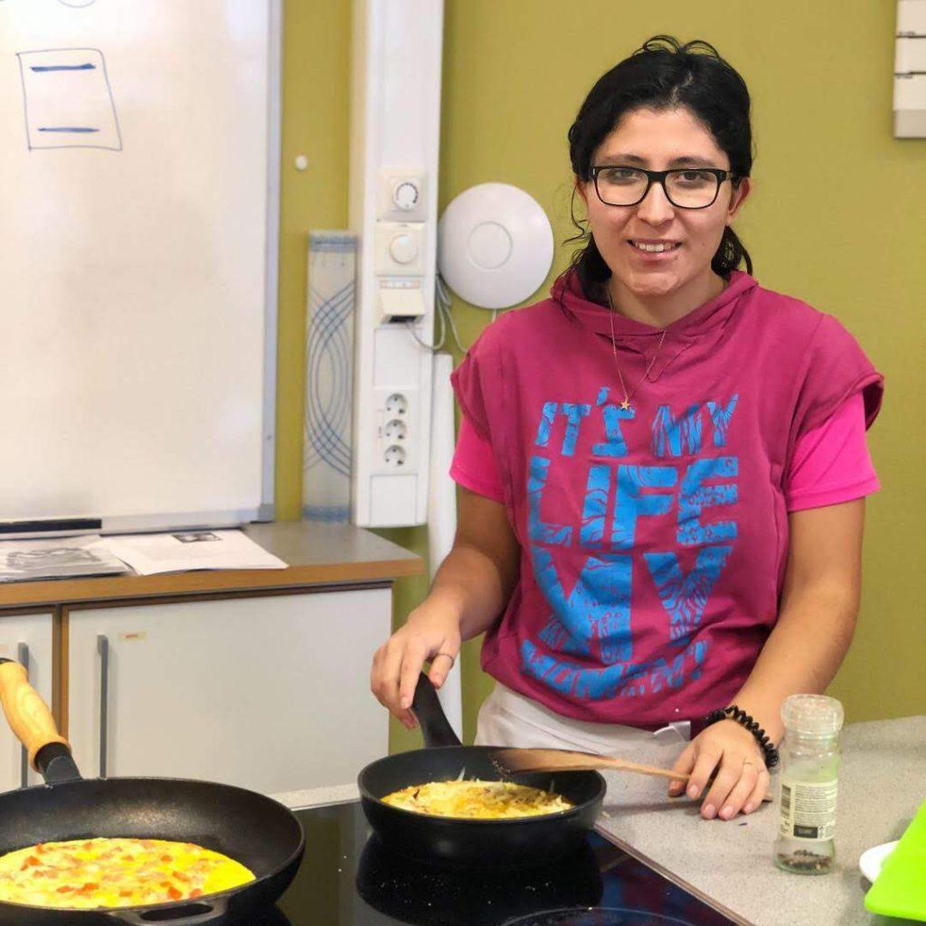 Elev på tilrettelagt linje lager mat.