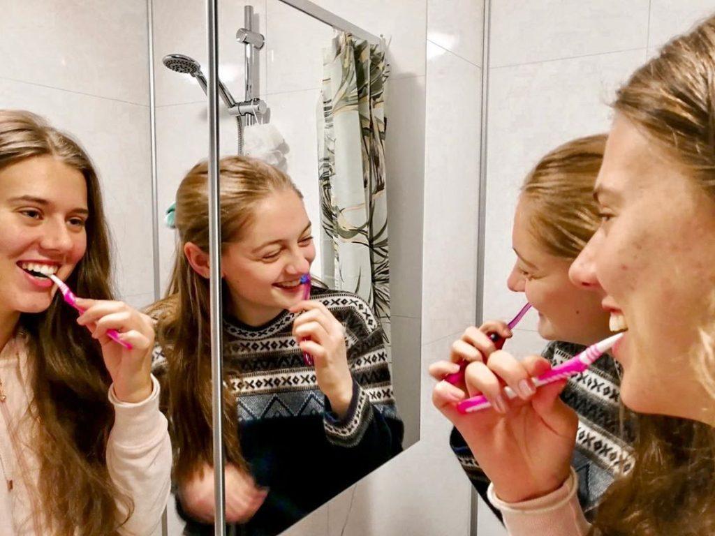 Folkehøgskolene er et sosialt skoleslag der selv tannpussen kan tas i fellesskap. Bilde: Bømlo folkehøgskule.