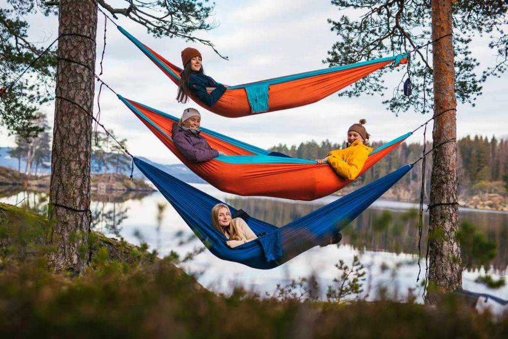 Mange friluftslivslinjer inkluderer overnatting ute i naturen. Her er det elever på Hurdal Verk folkehøgskole som får frisk luft mens de sover.