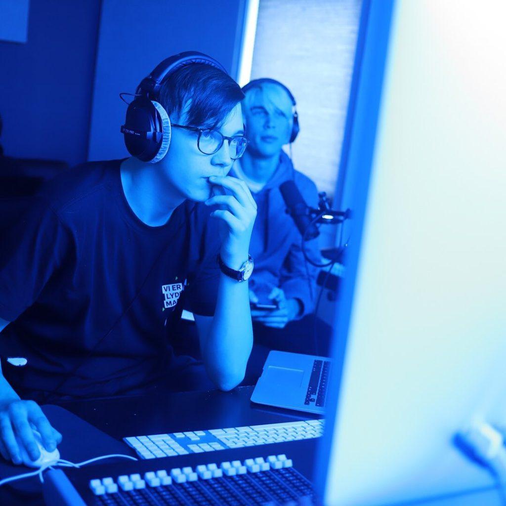 Det er stor variasjon mellom folkehøgskolenes musikklinjer. Her er det elever ved Manger folkehøgskule som er dypt konsentrerte mens de produserer musikk.