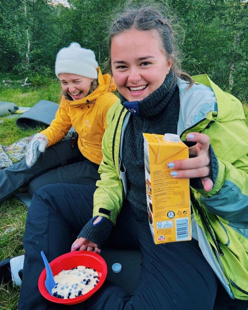Folkehøgskole er mye fellesskap og samvær. Akkurat det mange ungdommer trenger nå! Bilde: @tonehun, Nordfjord folkehøgskule