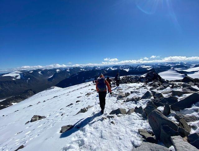Topptur, snø, folkehøgskoleelever, utsikt