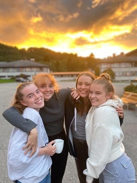 Fire elever, Fredly folkehøgskole, gruppeklem